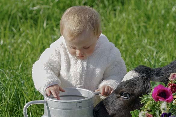 Petite fille au pot au lait